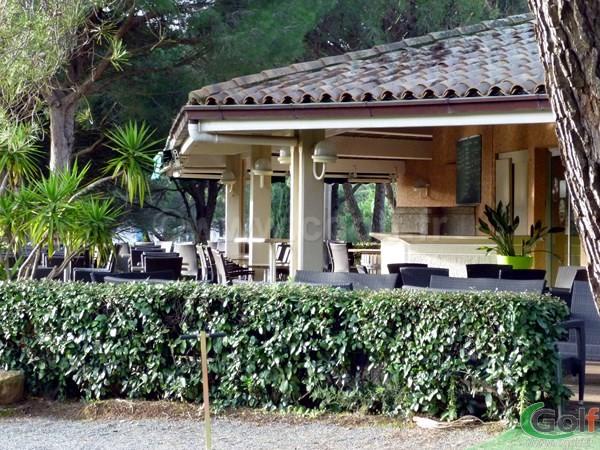 La terrasse du club House du golf Esterel Blue Green à Saint Raphael dans le Var sur la Cote d'Azur
