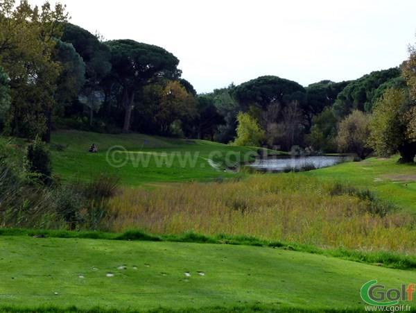 Trou n°12 Par 3 du Blue Green Esterel Golf Club dans le Var à Saint Raphael sur la Cote d'Azur