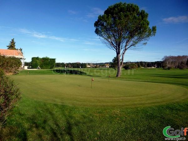 Le pitching green du Garden golf Avignon dns le Vaucluse en Provence Alpes Cote d'Azur