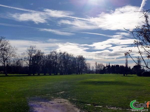 Le départ du trou n°1 du Garden golf Avignon à Morières les Avignon dans le Vaucluse en PACA