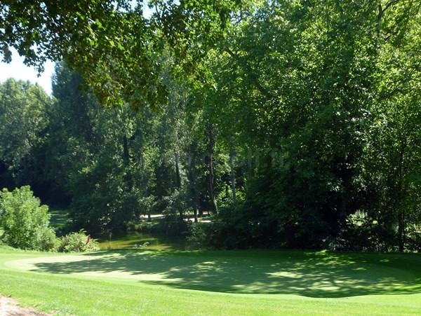 Green n°18 du golf d'Albon Senaud dans la Drôme en Rhône alpes porche d'Annonay