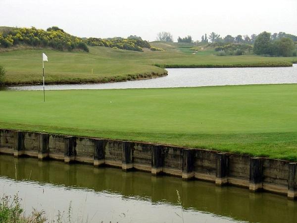 L'approche de green avec un pitching wedge ou un sand wedge
