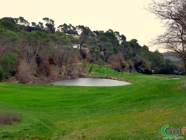 Le trou n°17 du golf de Barbaroux dans le Var à Brignoles en région PACA