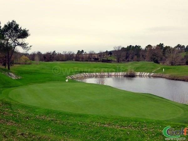 Le green du trou n°16 du golf de Barbaroux à Brignoles dans le Var en Provence