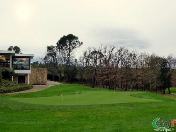 Le putting green du golf de Barbaroux à Brignoles dans le Var en Provence