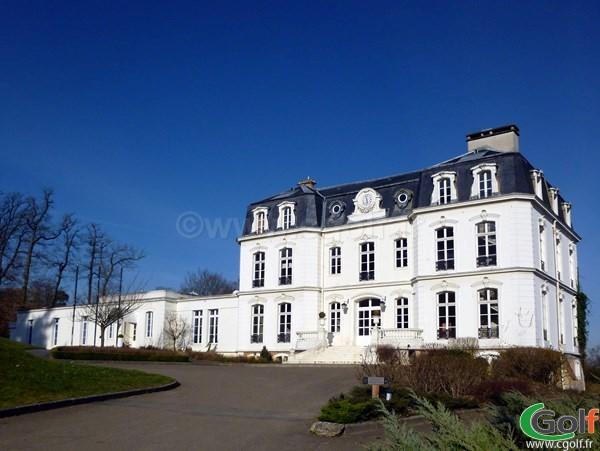 L'entrée du chateau club house du golf de Bethemont à Poissy dans les Yvelines