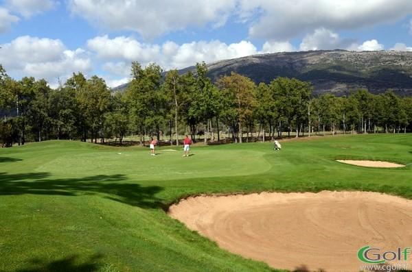 Le green et son bunker du trou n°11 au golf du Claux Amic à Grasse 06