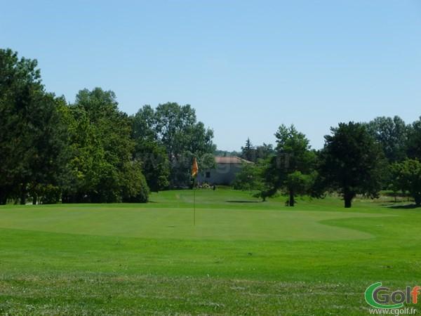 Green du golf club du Beaujolais en Rhône-Alpes proche de Lyon à Lucenay