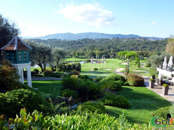 Le putting green et le green du n°18 du Royal Golf Club de Mougins sur la Côte d'Azur
