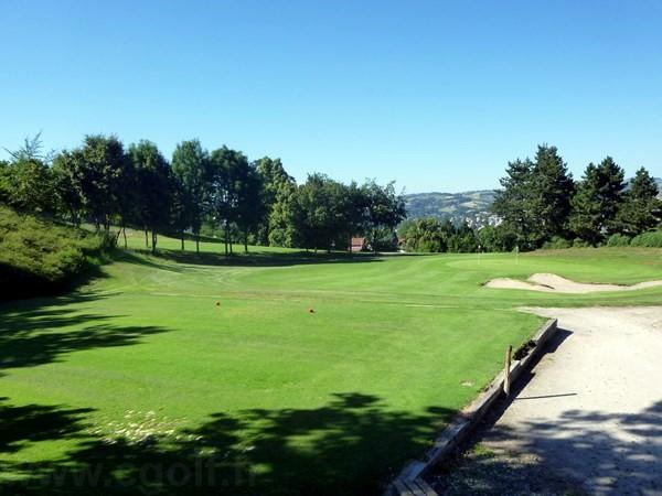 départ du golf compact de Saint Etienne en Rhône-Alpes Auvergne département de la Loire