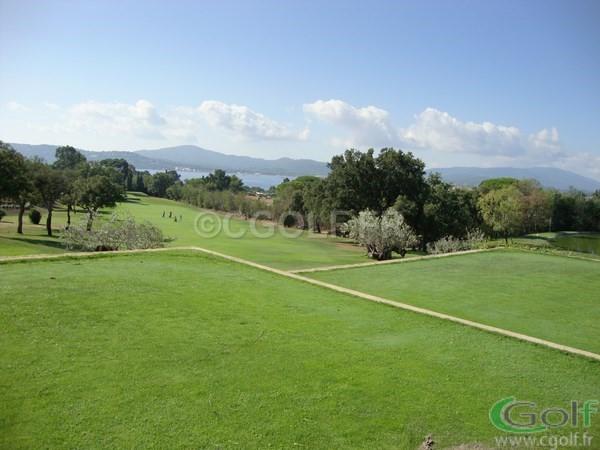 Le fairway du n°4 et départ du n°5 du golf de Beauvallon à Grimaud dans le var