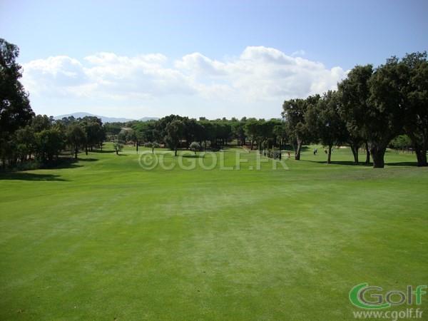 Le départ et fairway du n°10 du golf club de Beauvallon à Grimaud dan le Var
