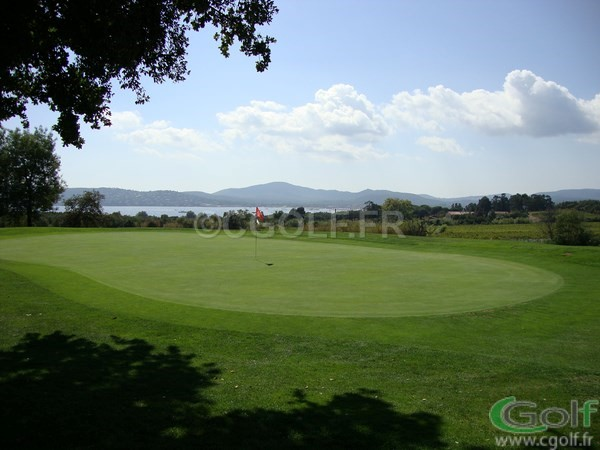 Le green du n°12 du golf de Beauvallon proche de Saint Tropez à Grimaud avec vue mer