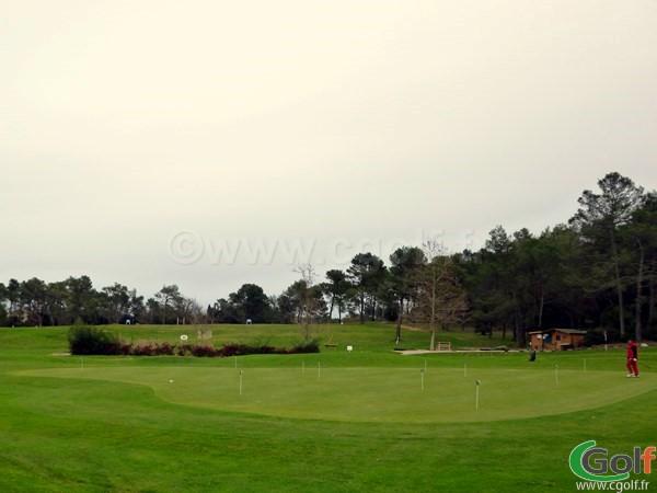 Le putting green du golf de la Sainte Baume à Nans les Pins dans le Var en Provence