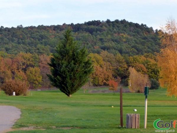 trou n°1 du golf de Digne les Bains dans les Alpes de Haute Provence eb PACA