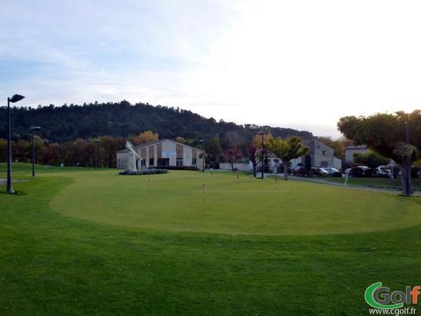 Putting green du golf de Digne les Bains dans les Alpes de Hautes Provence en PACA