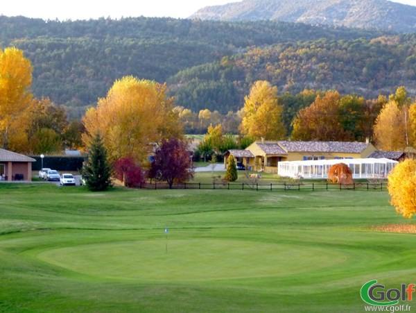 Pitching green du golf de Digne les Bains dans les Alpes de Haute Provence en PACA