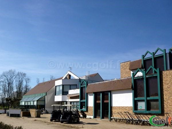 Le club house du golf de Feucherolles dans les Yvelines à proximité de Paris