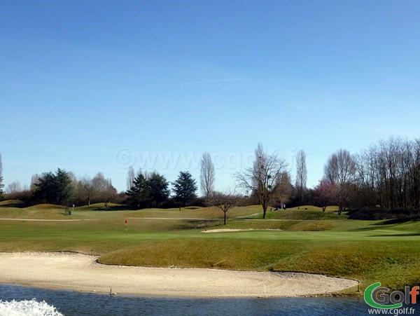 le green n°2 du golf de Feucherolles en Ile de France proche de Paris dans les Yvelines