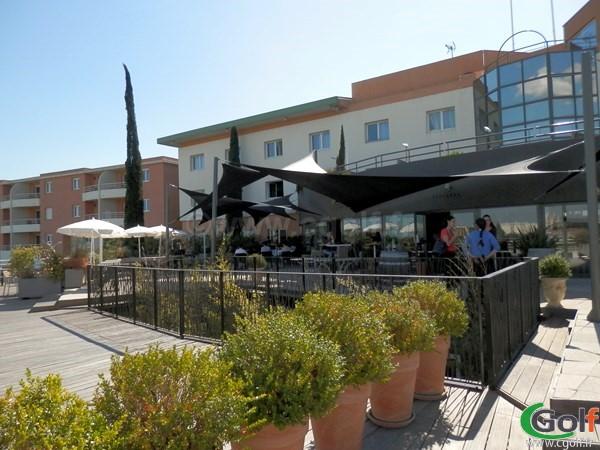 la terrase du club house du golf de Fontcaude proche de Montpellier à Juvignac dans l'hérault