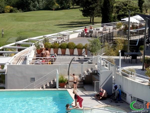 la piscine de l'hotel du golf de Fontcaude à Juvignac dans l'Hérault proche de Montpellier