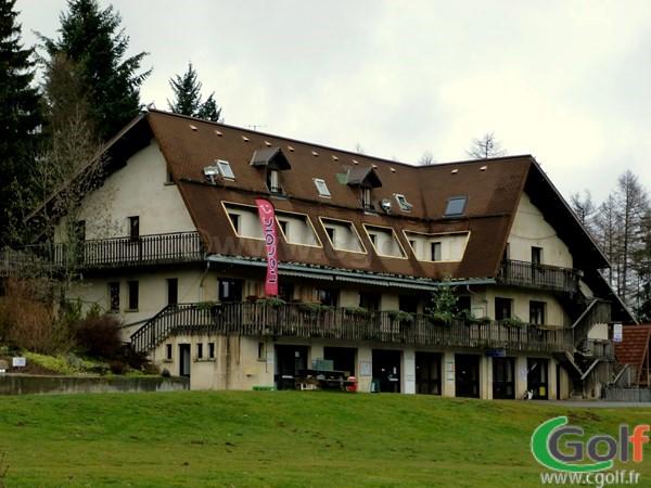 Le club house hotel restaurant du golf de Gap Bayard dans les Hautes Alpes en PACA