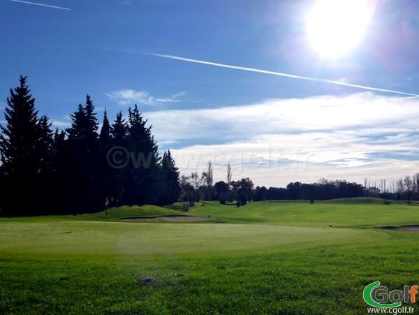 Le green n°2 du golf Grand Avignon dans le Vaucluse à Vedène en Provence