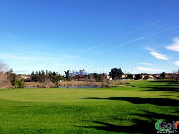 Le green du trou n°11 du golf Grand Avignon dans le Vaucluse en Provence à Vedéne