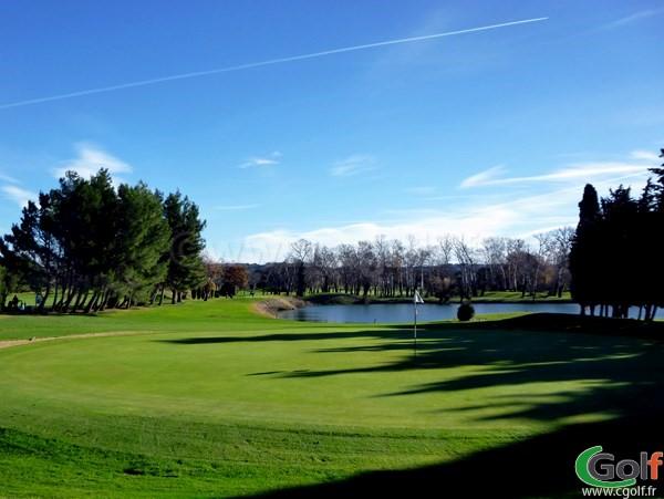 Le green du trou n°15 à Vedène sur le golf du Grand Avignon dans le Vaucluse