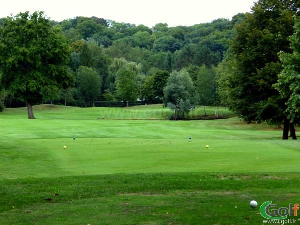 Départ et fairway n°10 du golf de l'Isle d'Adam dans le Val d'Oise en Ile de France proche de Paris