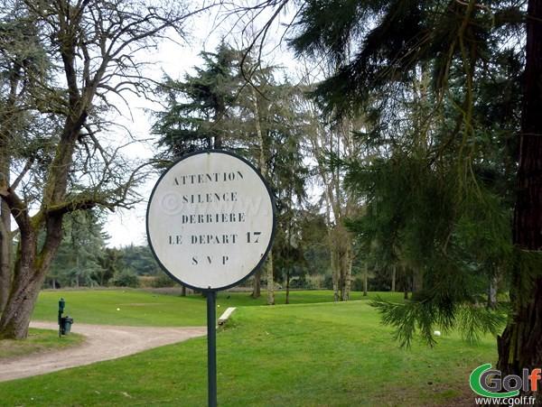 Silence devant le départ n°17 du golf de La Boulie Racing Club de France proche de Paris