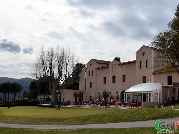 Le putting green et club house du golf de Marseille La Salette en PACA