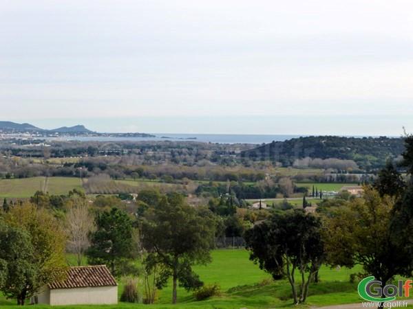 La vue sur la mer Méditerranée du golf de Roquebrune sur Argens dans le Var en PACA