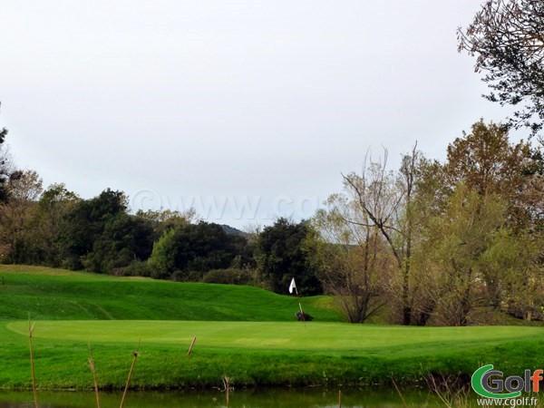Le green n°13 du golf de Roquebrune sur Argens dans le Var sur la Cote d'Azur