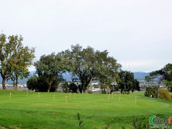 Le putting green du golf de Roquebrune sur Argens en région PACA dans le Var proche de Saint Raphael