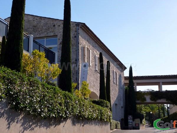 Le batiment en pierre abritant le spa du golf club de Royal Mougins sur la Cote d'Azur