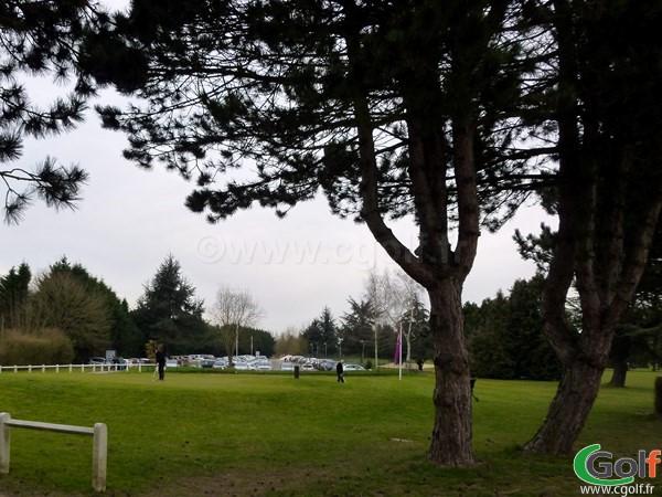 Un putting green au golf de Saint Aubin dans l'Essonne en Ile de France proche de Paris