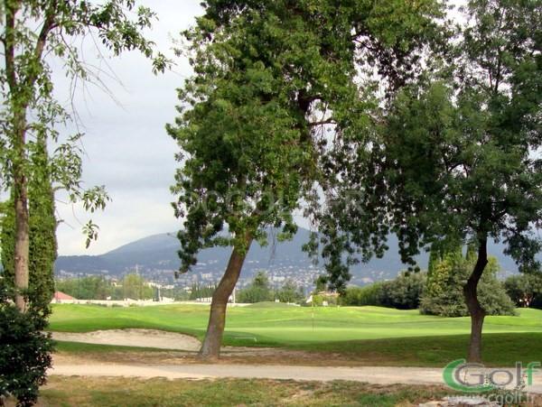 Le green du trou n°3 du golf compact 9 trou de Saint Donat à Grasse