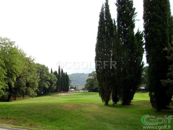 Le trou n°2 et son green entouré de bunkers du golf compact de Saint Donat à Grasse