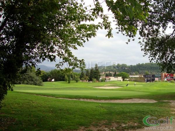 Le green du N°3 et N°8 en fond d'image du golf de Saint Donat à Grasse