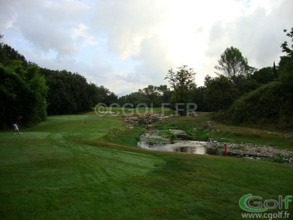 Le green du trou n° 3 avec obstacle d'eau du golf de Mouan Sartoux