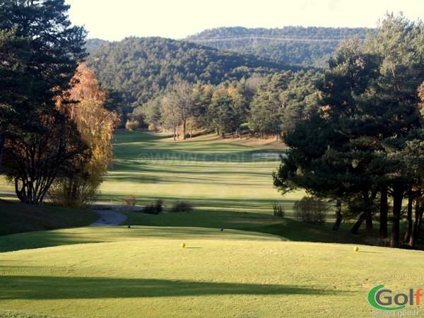 Trou n°1 du golf de Taulane dans l'arrière pays de Grasse dans le var
