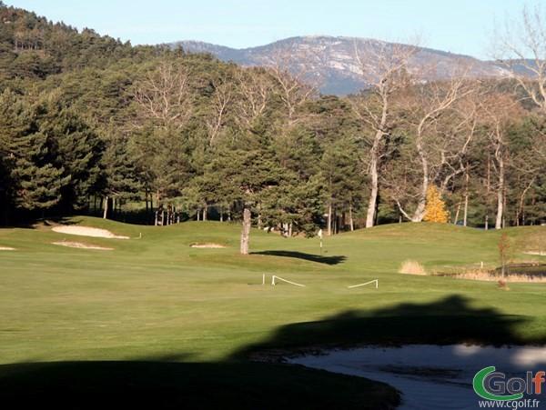 Green du n°15 du golf du Chateua de Taulane dans l'arrière pays de Grasse