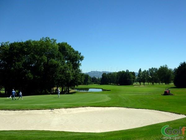 Green n°9 du golf de Salvagny parcours des Etangs en Rhône Alpes dans la banlieu Lyonnaise