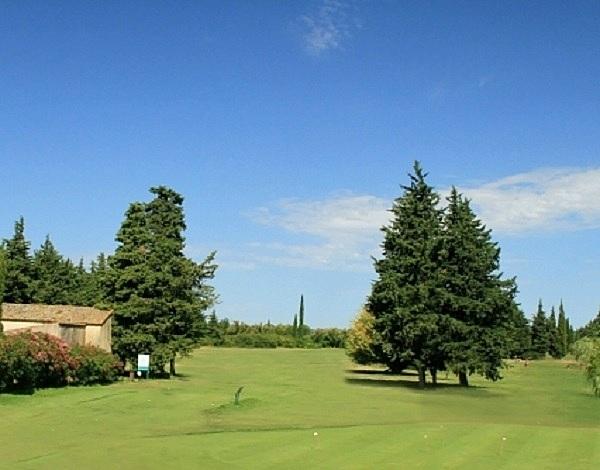 Départ et fairway n°1 du golf d'Uzès dans le Gard en Languedoc Roussillon