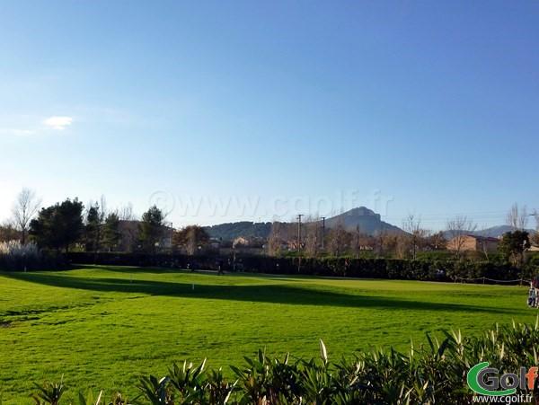 Un pitching green d'entrainement au golf de Valgarde proche de Toulon dans le Var en Provence