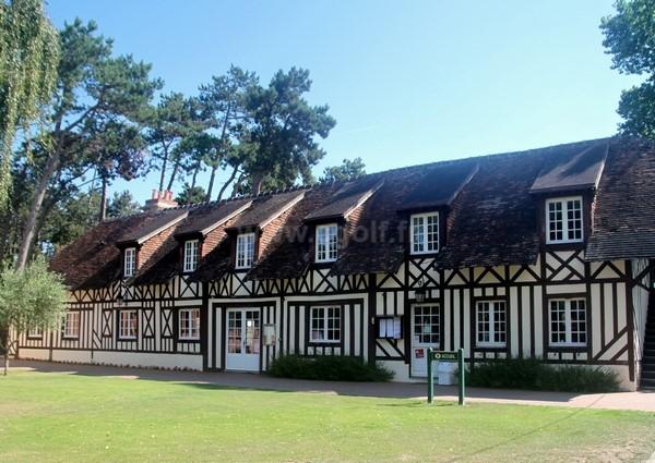 Club house du golf de Cabourg à Varaville en Normandie proche de Ouistreham Calvados