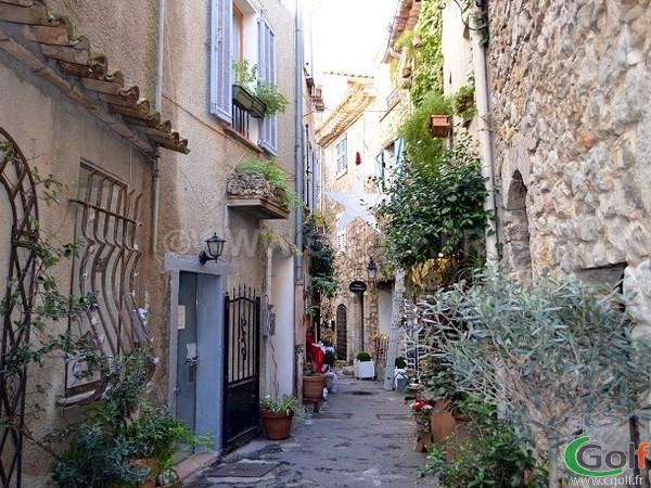 Les ruelles du vieux village de Mougins dans les Alpes Maritimes au dessus des deux golfs de Mougins