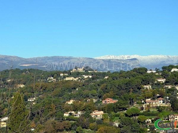 Vue sur Grasse et l'arrière pays à partir du village de Mougins sur la côte d'Azur