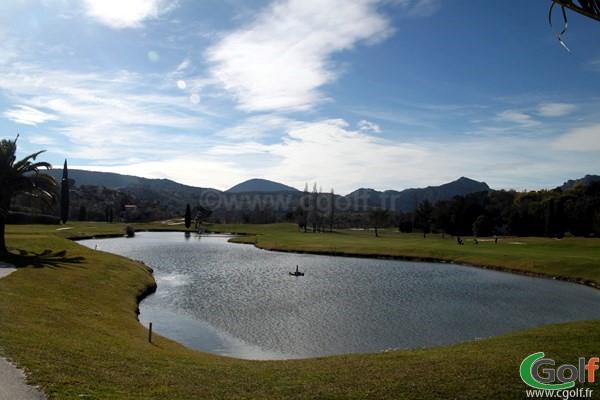 Le fairway du n°18 du golf de Mandelieu Riviera sur la cote d'azur dans les Alpes Maritimes 06